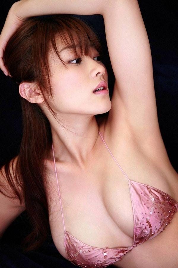 【着胸エロ画像】大きいから隠しきれない…何着ても溢れちゃうハミ乳状態(*´Д`)
