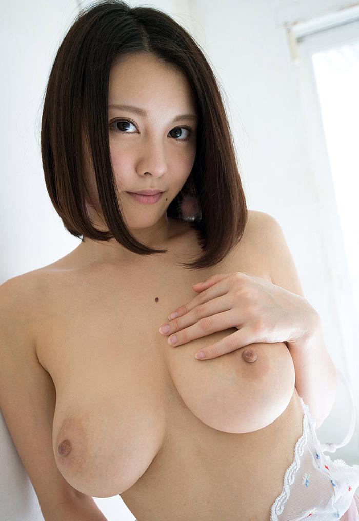 【乳首エロ画像】脱がせてこの色なら感動ですwまばゆいばかりのピンク乳首(;´Д`)