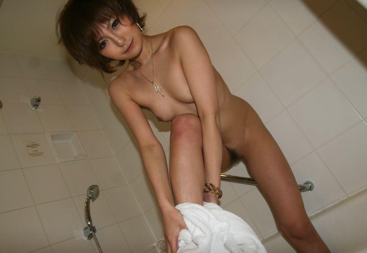 【女体エロ画像】風呂上がりは再興奮の予感…この後また汁だくにされるバスタオル女子(;・∀・)