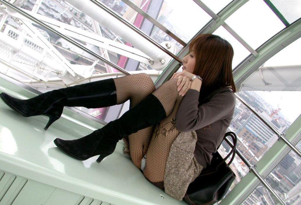 【股間と太ももエロ画像】まさか履いてない!?紛らわしいけどそそる女子の体育座り(;゚Д゚)