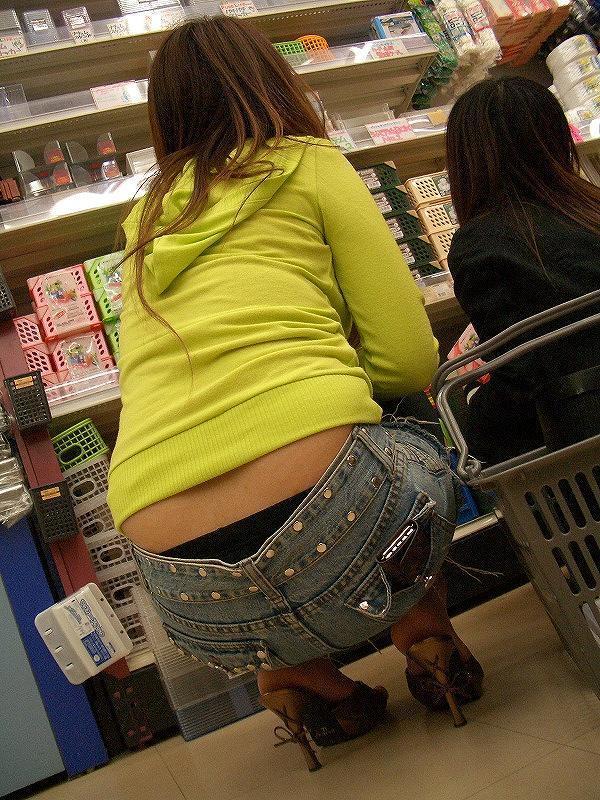 【ローライズエロ画像】ズボンの後ろに注目!未だ目撃されるハミパン姿(;゚∀゚)