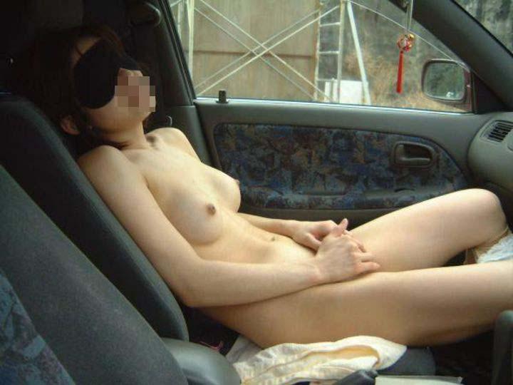 【露出エロ画像】事故らせる気かっての!車内で脱いで注目集める変態さん(*´Д`)