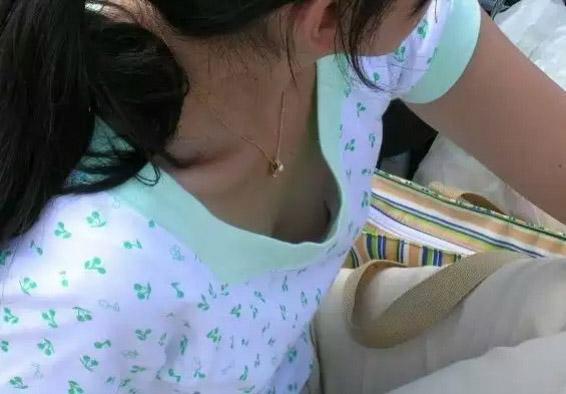【胸チラエロ画像】頑張って覗き続ければポッチが…緩すぎ胸チラ大発見!(*´д`*)