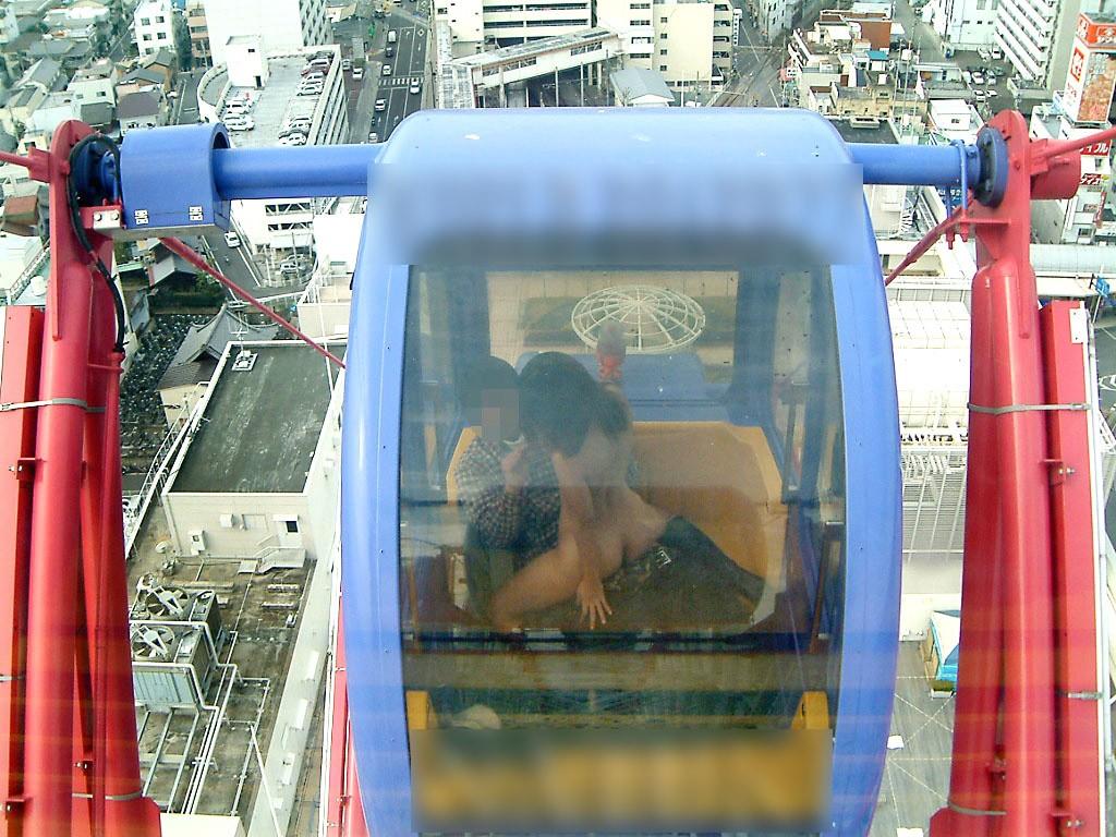 【露出エロ画像】高い所でやりおった!懲りない変態たちの観覧車露出(゚д゚;)