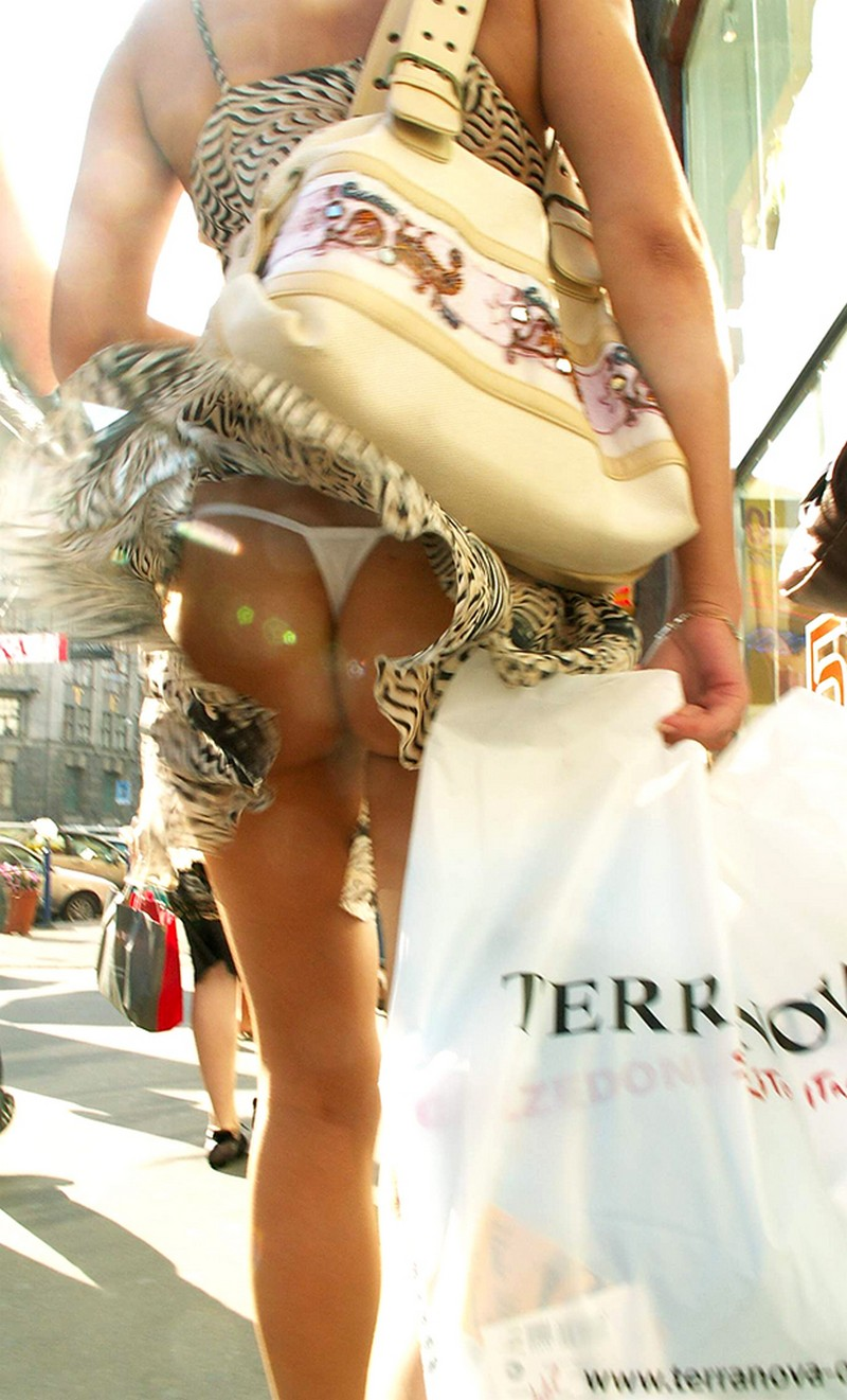 【パンチラエロ画像】丸見えでも動じない淑女は素敵w風が見させてくれたパンモロ臀部(;´Д`)