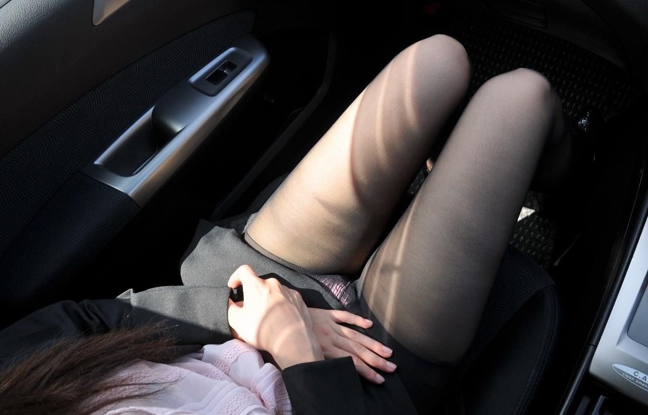 【パンチラエロ画像】彼女がミニならドライブはやめとこう…安全運転に自信がなくなる座席チラ(;゚Д゚)