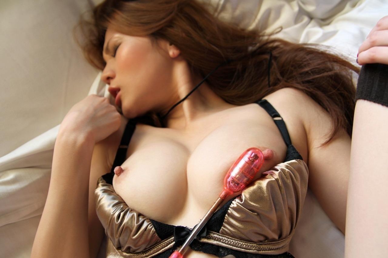 【玩具責めエロ画像】高価は抜群!敏感な乳首に対しての振動攻撃(*´Д`)