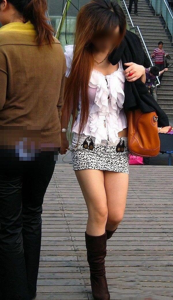 【美脚エロ画像】発見したらチラの予感が…期待を煽るミニスカ美脚の誘惑(;゚Д゚)