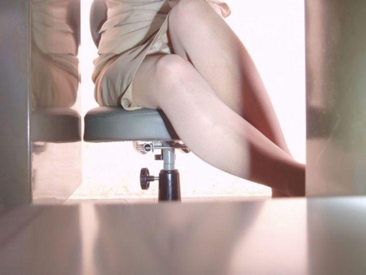 【パンチラエロ画像】業務中に下からサーセンw同僚のムレムレ股間を暴く机下チラ(;´д`)