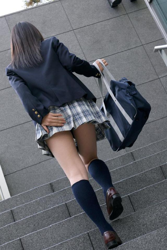 【ミニスカエロ画像】その手をどうか…余計に見たくなるパンチラ対策(;´∀`)