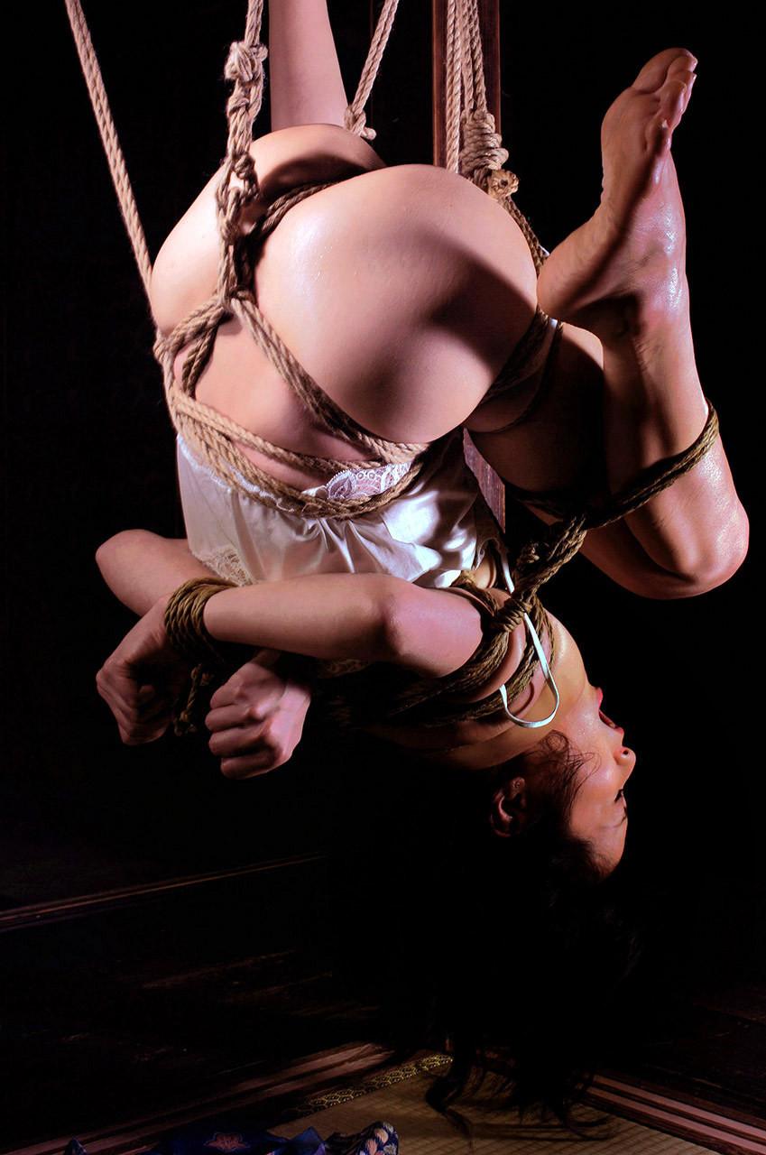 【SMエロ画像】放置だけでも十分に拷問w真似は禁物の宙吊り緊縛責め(゚A゚;)