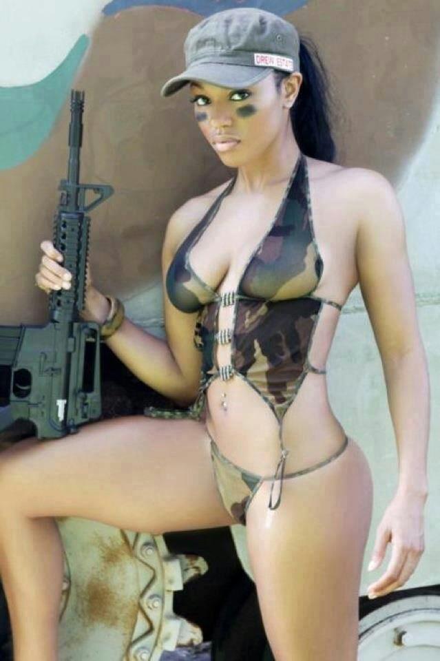 【海外エロ画像】見蕩れていたら射殺されそうw銃を持ったセクシー美女(;´∀`)