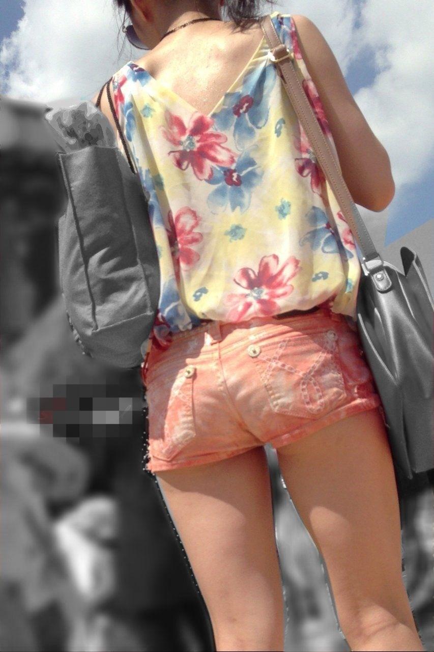 【美脚エロ画像】夏といえばショーパン!太ももとハミ尻がたまらん街撮り美脚(;´∀`)