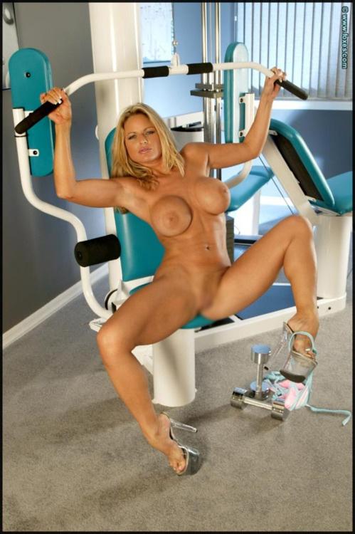【海外エロ画像】ガチムチは辛いか…細マッチョなら丁度いい筋肉美女の裸体(;´Д`)