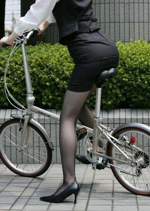 【自転車女子エロ画像】見えたっ!朝から幸先イイ感じなチャリチラ、見えなくても美脚があれば(;´∀`)