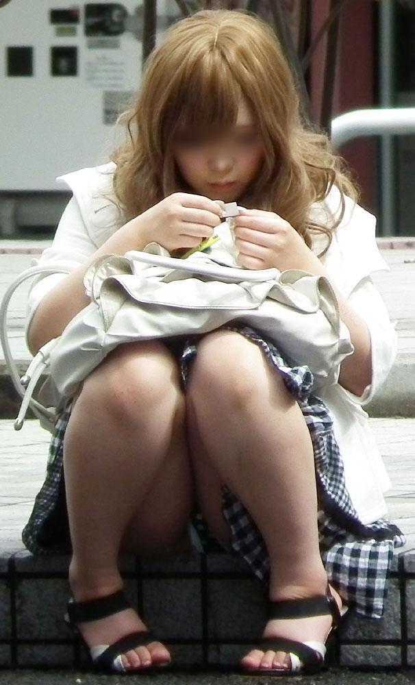 【パンチラエロ画像】勿体ぶらないミニスカ女性の簡単すぎる座りチラ(;゚Д゚)