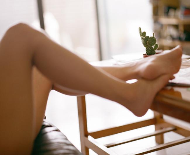 【太ももエロ画像】膝枕したらイイ夢見られそうだがその前に…魅惑の太もも接写(;´∀`)