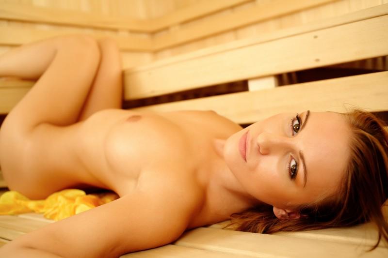 【海外エロ画像】灼熱のサウナ…無駄にイヤらしいポーズを決める汗だくブロンド美女(;゚Д゚)