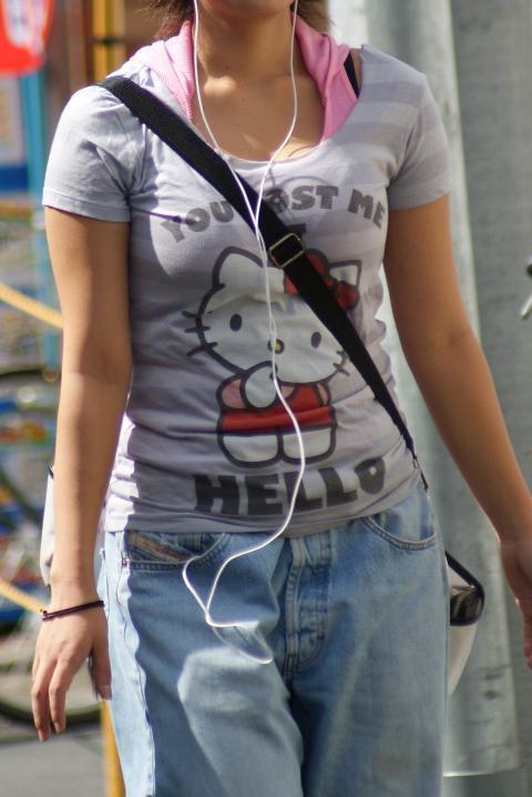 【着胸エロ画像】1カップ大きく見えるかもw紐が決めてのパイスラ胸部(;´Д`)