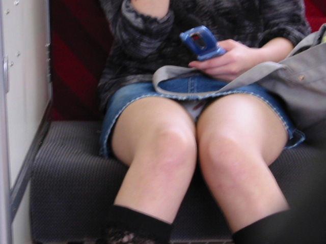 【パンチラエロ画像】自覚なしの対面女性が丸見えにした電車内のパンツ鑑賞(;´Д`)