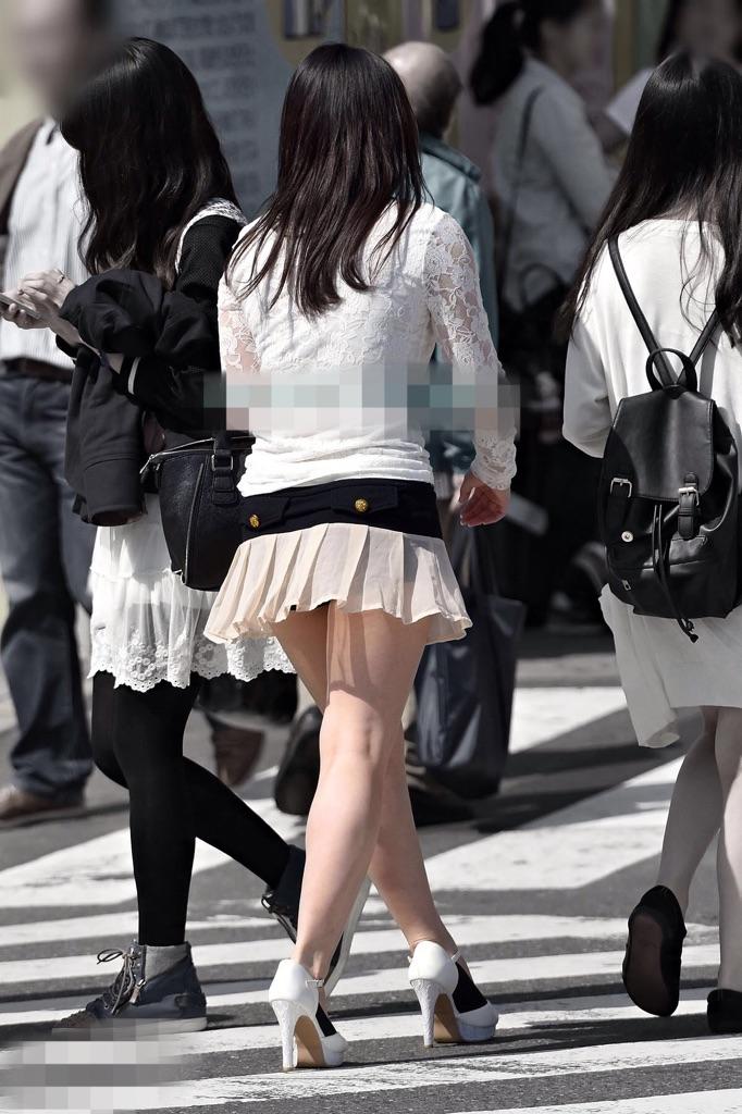 【パンチラエロ画像】短いから見えて当然!お約束を知ってらっしゃるミニスカ女子のチラ(;゚д゚)