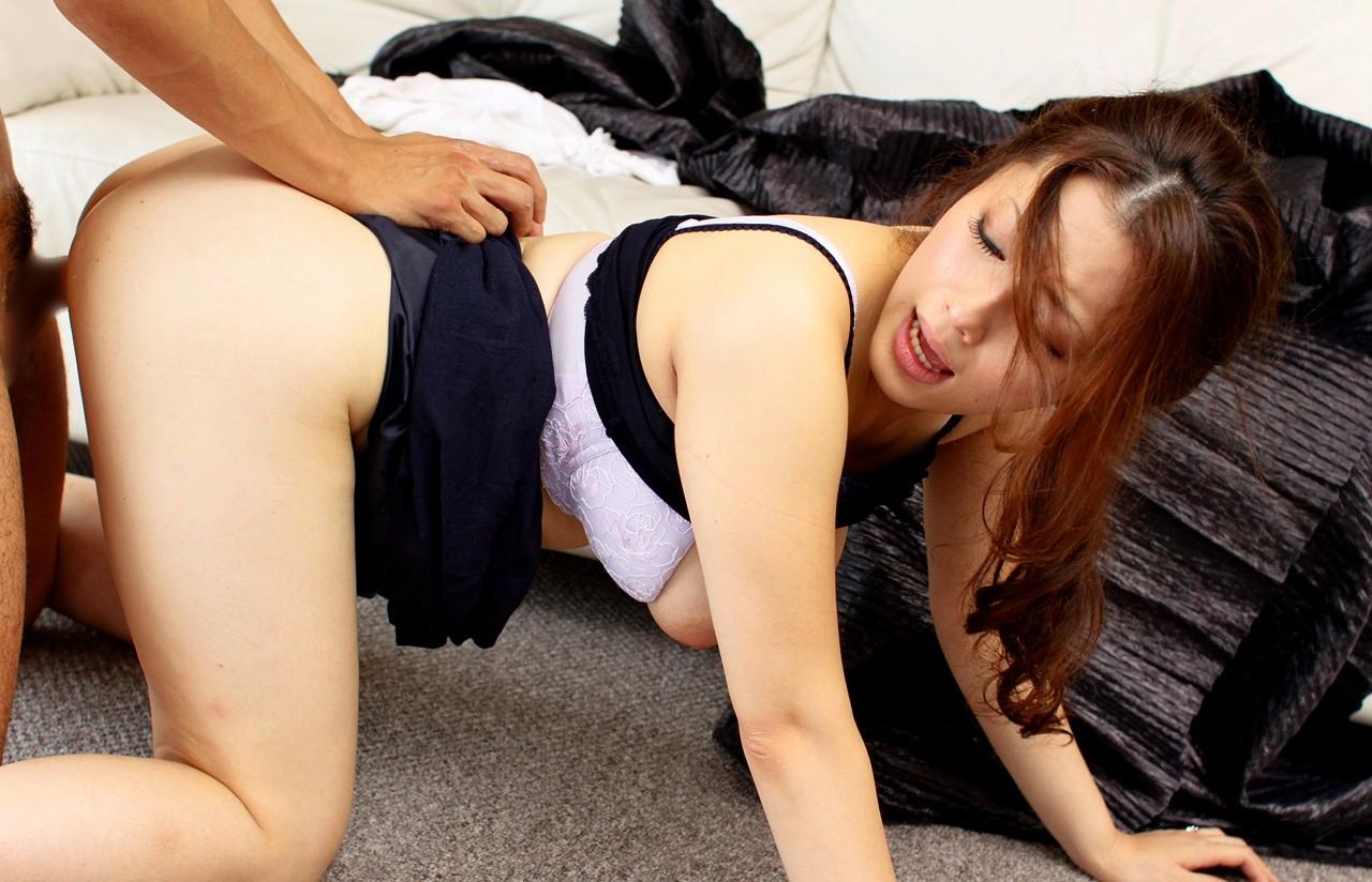 【性交エロ画像】まるで獣の如くwバックで喘ぐ美女の痴態を横から観察(;´∀`)
