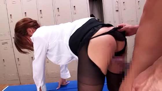 更衣室で教え子のしみけんとハメる美女教師