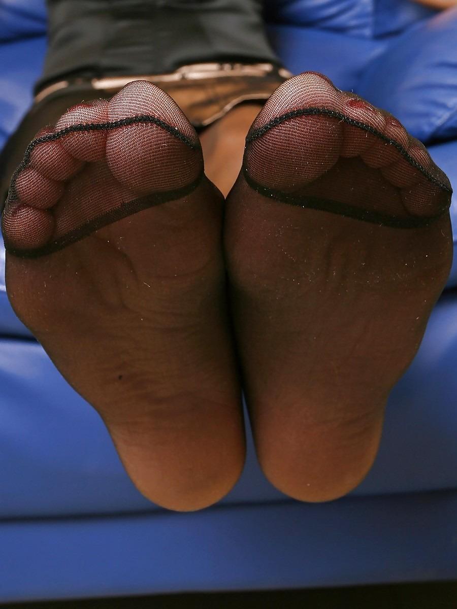 【足裏エロ画像】シゴいてもらうのに適してそうなローションかけたいパンスト足裏(;´∀`)