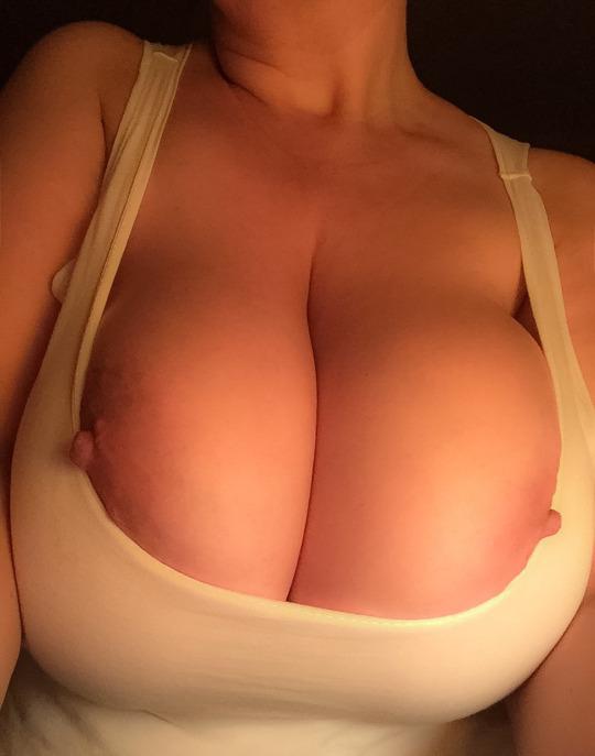 【巨乳エロ画像】デカパイには相性抜群!ハミ出る宿命のタンクトップ爆乳(;゚Д゚)