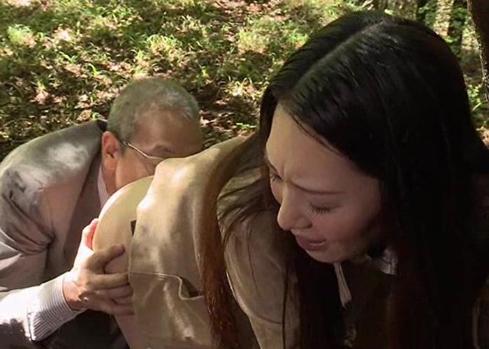 【エロ動画】田舎でも安心できない…鬼畜暴行魔の餌食にされた人妻!(((( ;゚д゚)))) 01