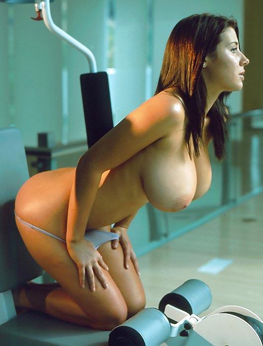 【海外エロ画像】裸一貫で危険行為までwアウトドア満喫中の全裸外人(;・∀・)