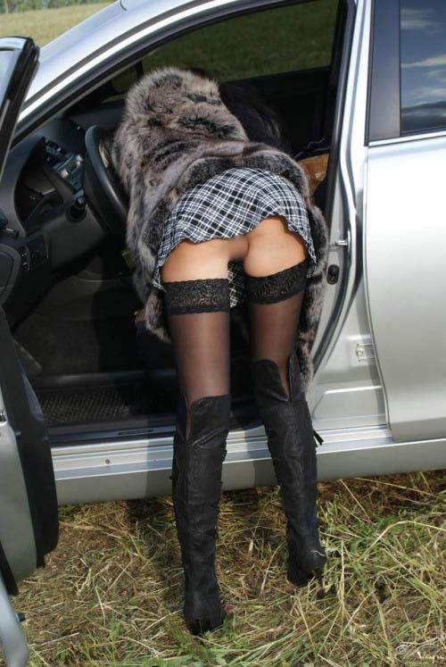 【パンチラエロ画像】車のドアが開いたらミニスカお姉さんの下着とアレが見える好機(;´∀`)
