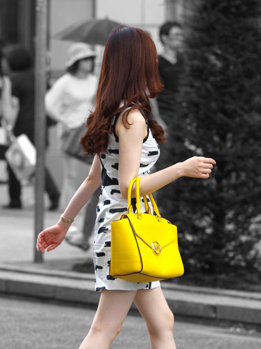 【着衣巨乳エロ画像】正面と横からデカいと把握w街角の見逃せない乳袋(;´Д`)
