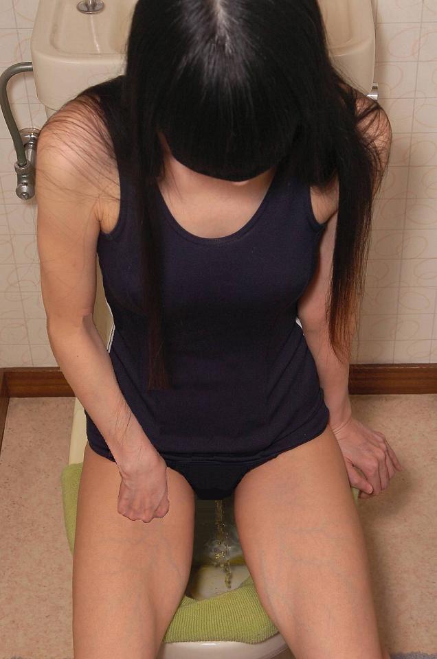 【放尿エロ画像】酷いと便器にすら跨がせないw女の子のおしっこ公開(*´Д`)