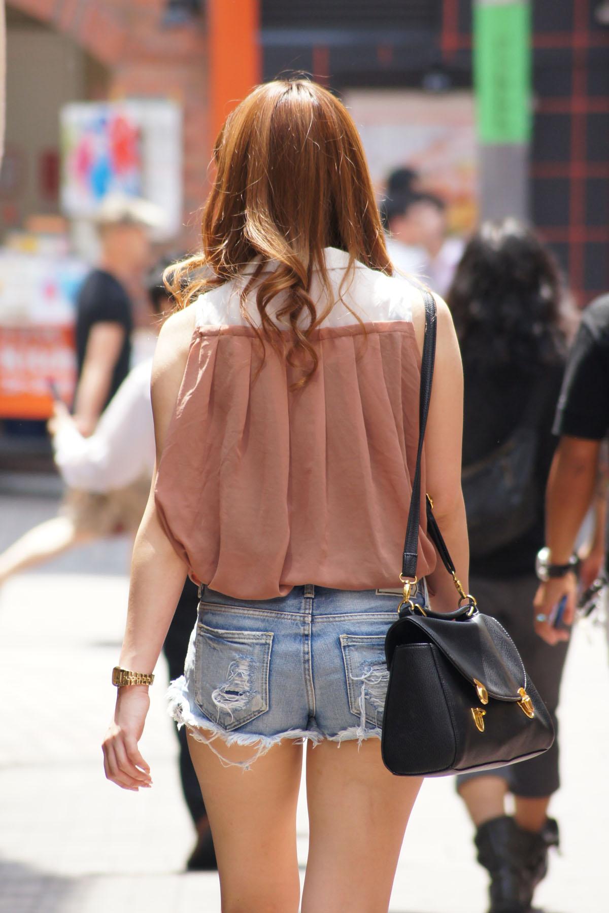 【ショーパンエロ画像】ハミ尻なんて平気!美脚を限界まで見せた街角ショーパン女子(*´д`*)