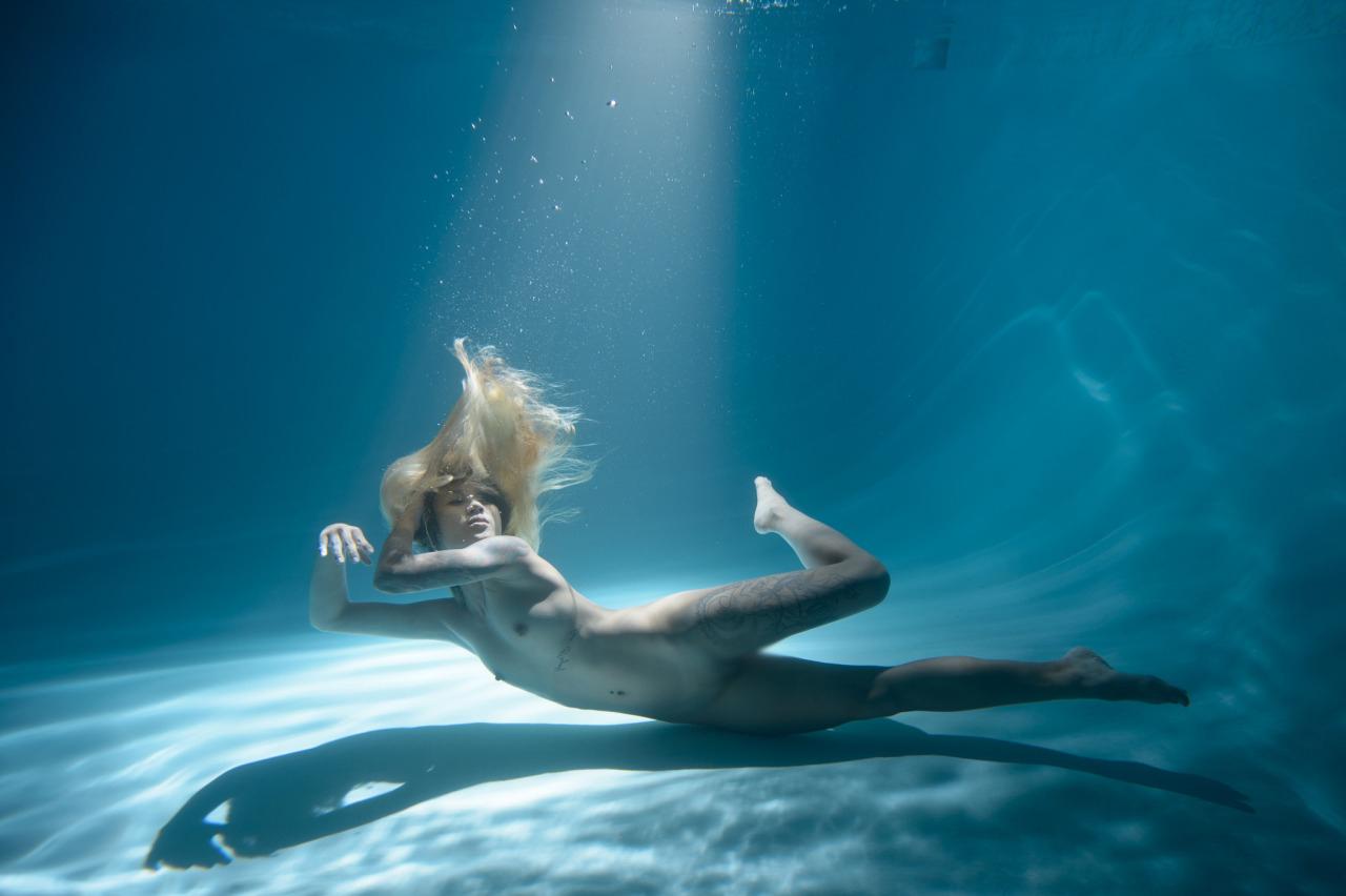 【水中女体エロ画像】無駄に神秘性が…素潜り中の全裸美女撮り(*´д`*)