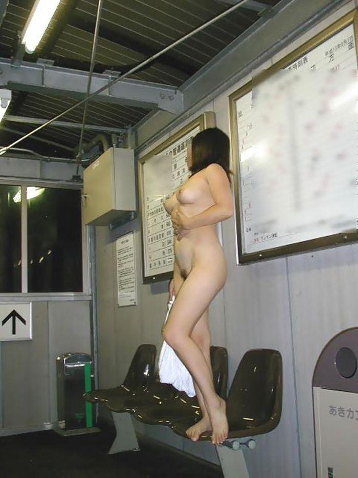 【露出エロ画像】何回怒られても懲りんでしょうw筋金入りの露出好きの皆様(;゚Д゚)