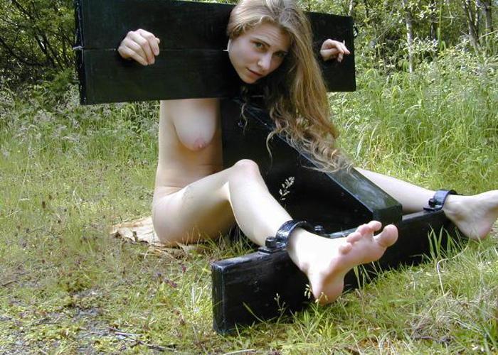 拘束状態のまま調教される美女たちのSMエロ画像