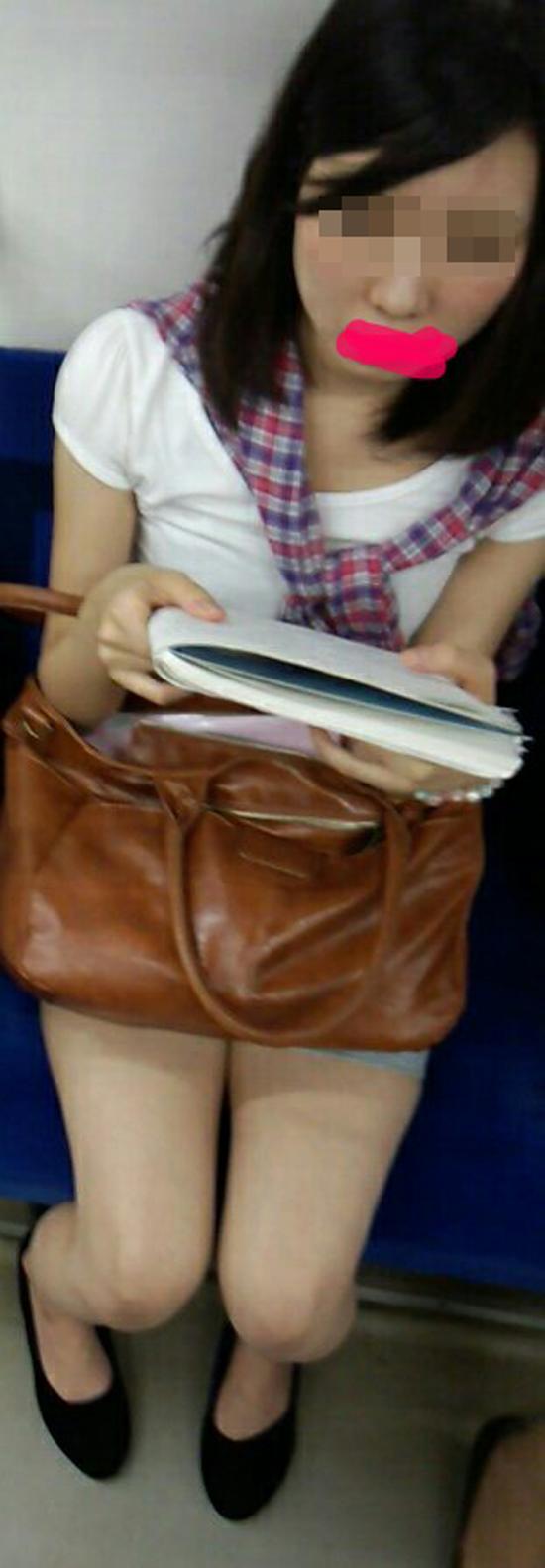 【美脚エロ画像】終点までずっとチェックw見放題な電車内のムッチリ美脚(;´Д`)