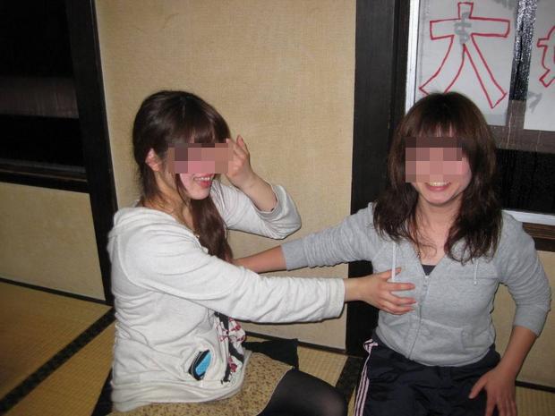 【悪ノリエロ画像】同性だからこそ気になる…友達の乳揉んで喜ぶ若者たち(*´д`*)