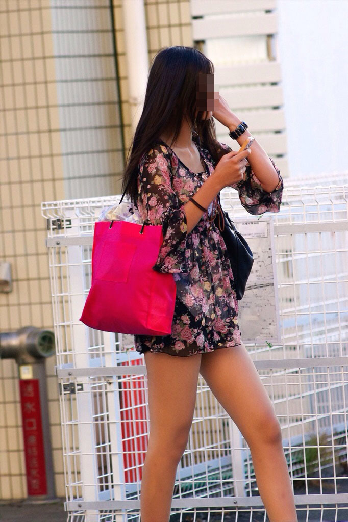 【美脚エロ画像】ムッチリ美脚を付け根から見せて出歩くってよく考えたら凄い事じゃね?(;´Д`)