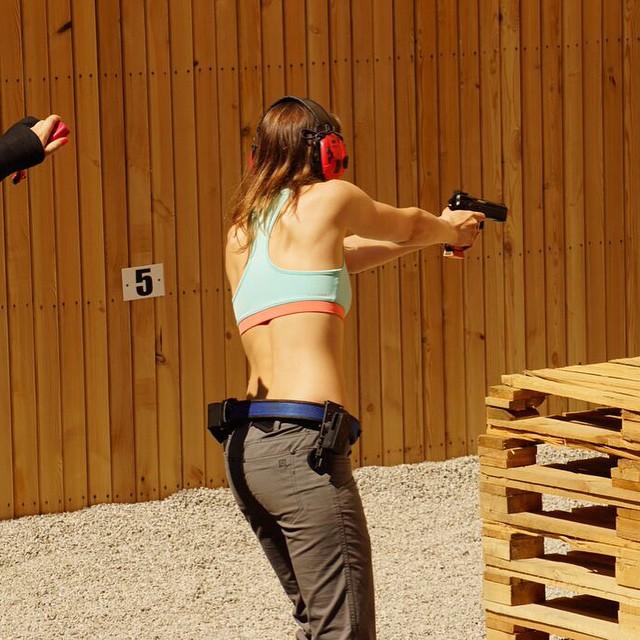 【海外エロ画像】エイダの谷間と尻に見とれた人ならわかるw銃とセクシー美女(*´д`*)
