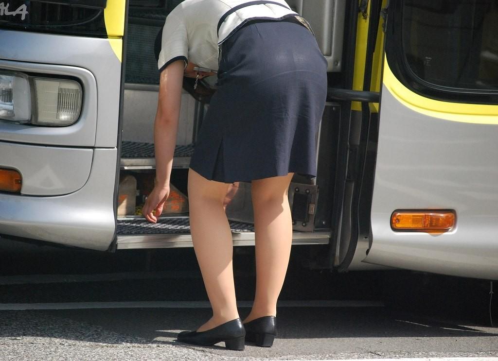 【働く女性エロ画像】ピッチリタイト尻のバスガイド眺めるだけの休日もアリでしょ(*´Д`)