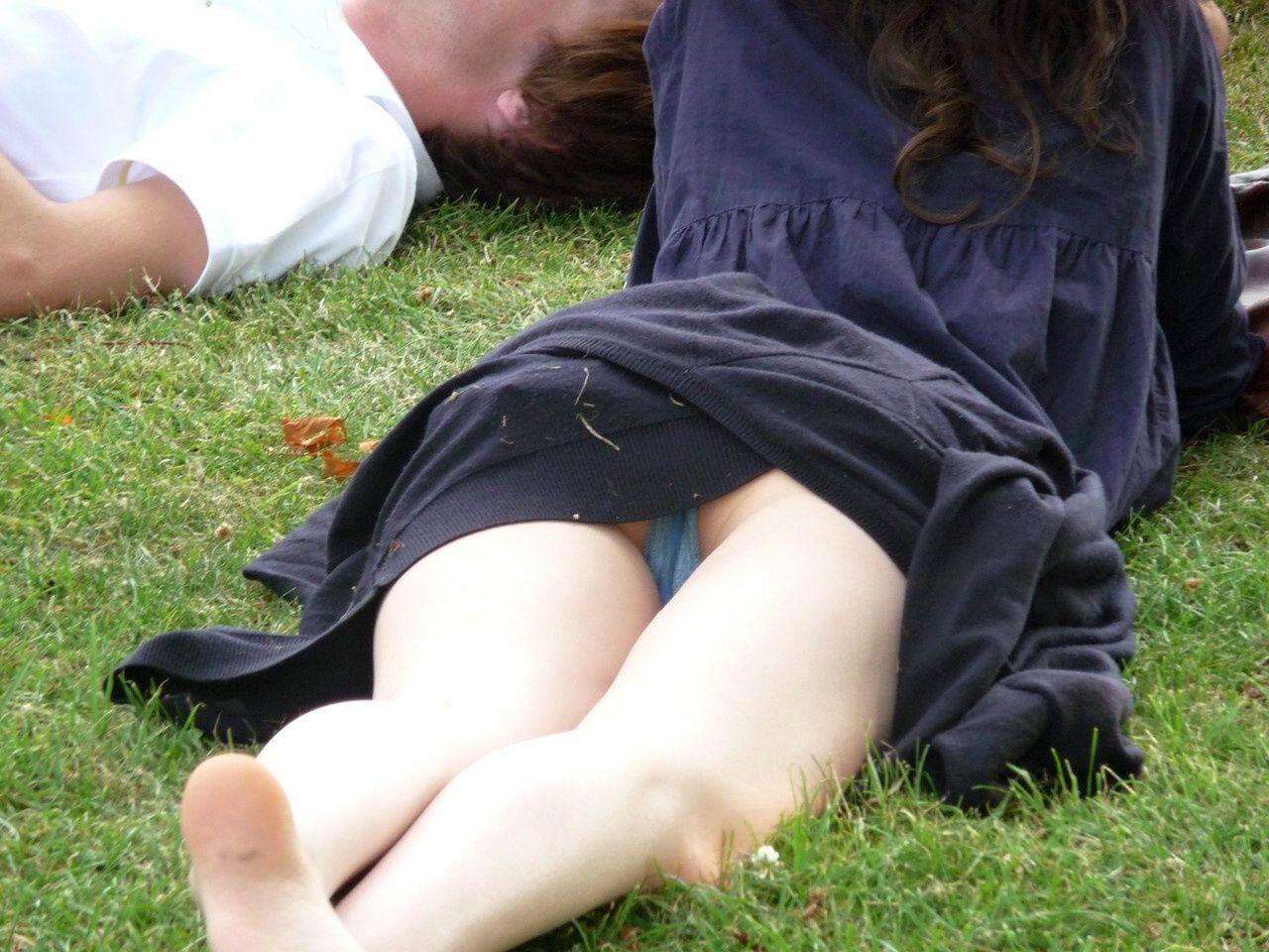【パンチラエロ画像】晴れの休日に公園行けば大収穫のミニスカパンチラ(;´Д`)