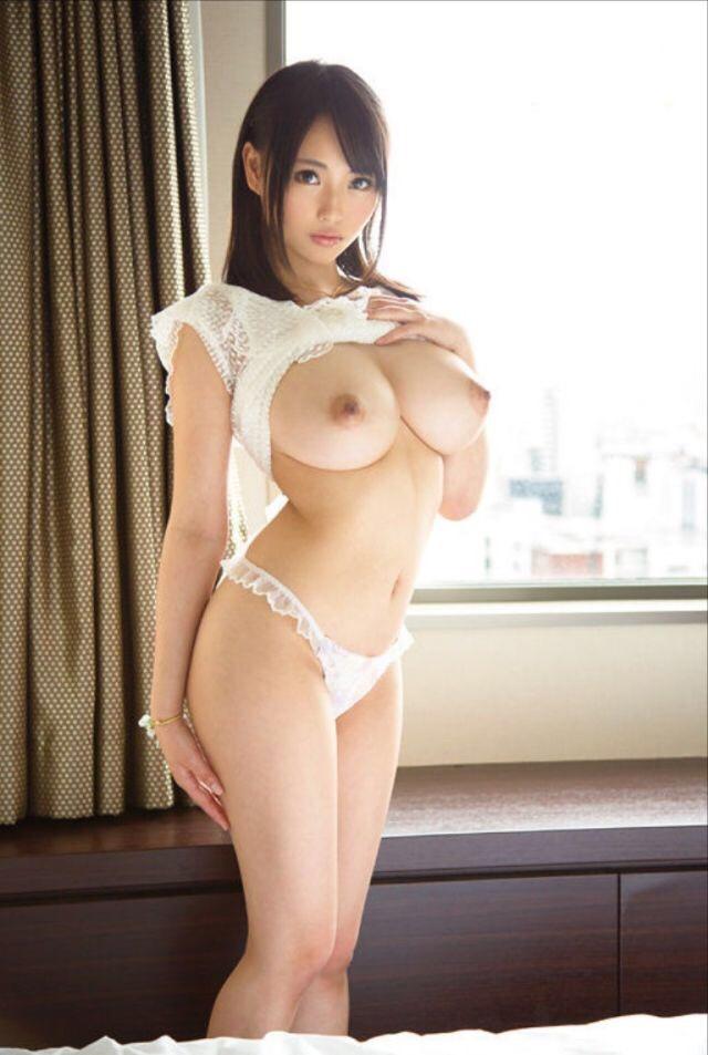 【巨乳エロ画像】女としての自信が胸によく出ている!刺さりそうなロケット美巨乳(*´д`*)