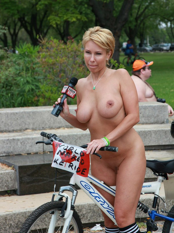 【海外エロ画像】全身に風浴びて爽快そうな全裸自転車イベント参加中の外人さん(゜ロ゜ノ)ノ