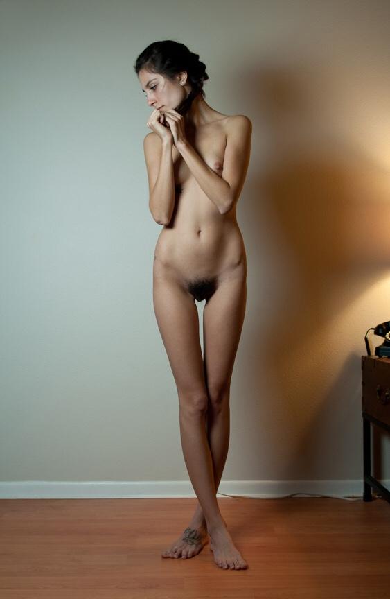 【海外陰毛エロ画像】パイパンだけとは限らない…もっさり原生林な碧眼美女たち(;・∀・)