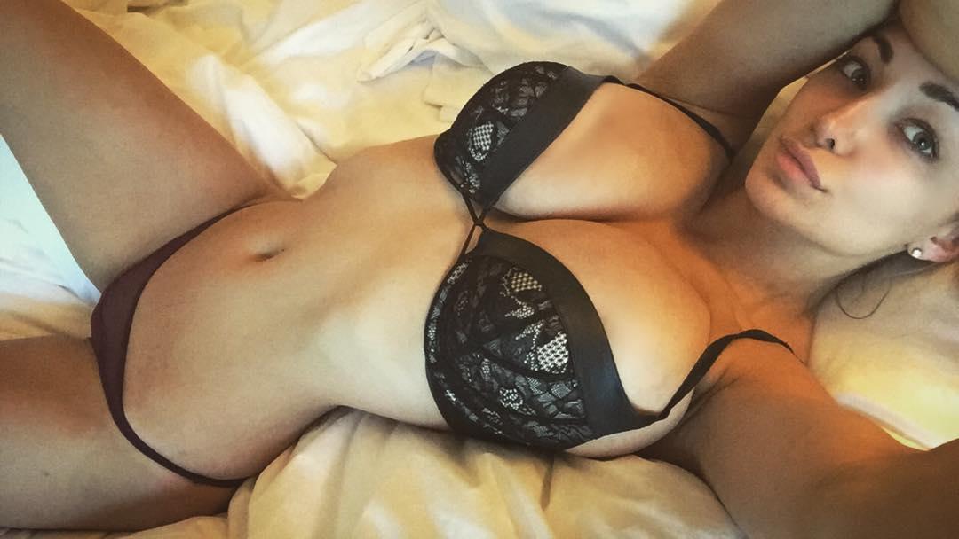 【海外エロ画像】サイズ差が重要!相性抜群なくびれた腰と美巨乳(;´Д`)