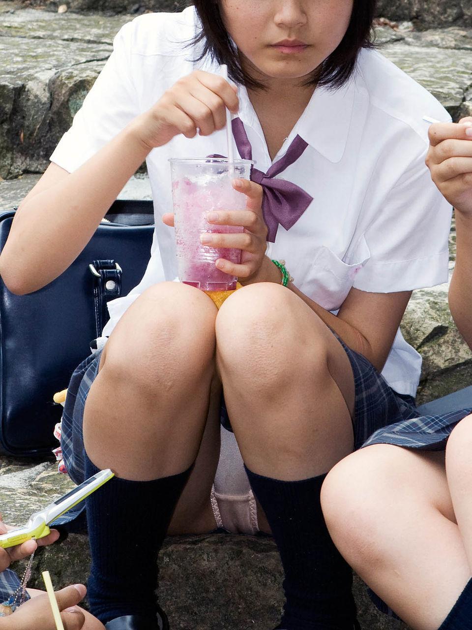 【パンチラエロ画像】なんで座るのミニスカ女子w容易く見えた座りチラ(;・∀・)