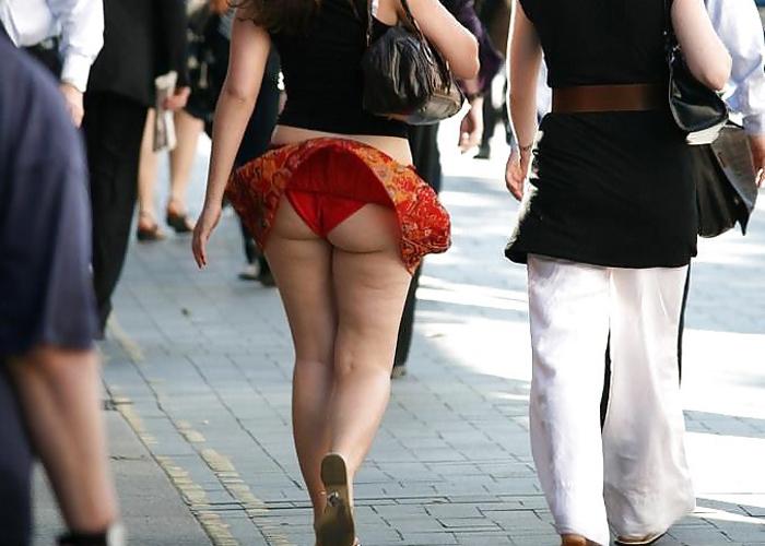 【パンチラエロ画像】風吹き荒れ…軽いスカートは見える運命の風パンチラ(;´∀`)